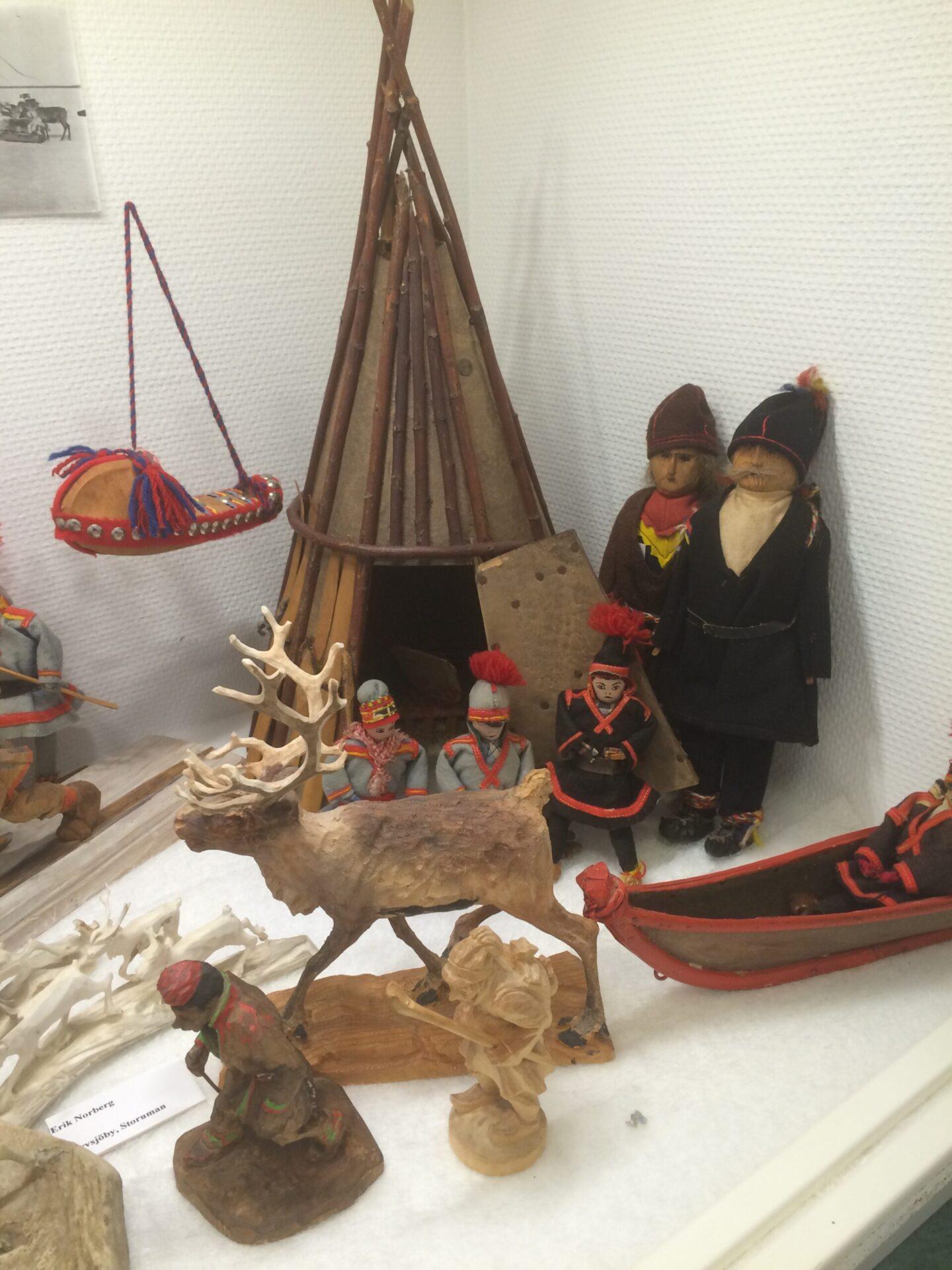 Snidade-figurer-foto-Doris-Risfjell-Risfjells-Sameslojd-museum