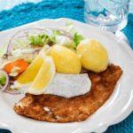 Folkets Hus tallrik med panerad fisk, potatis, och citronklyftor